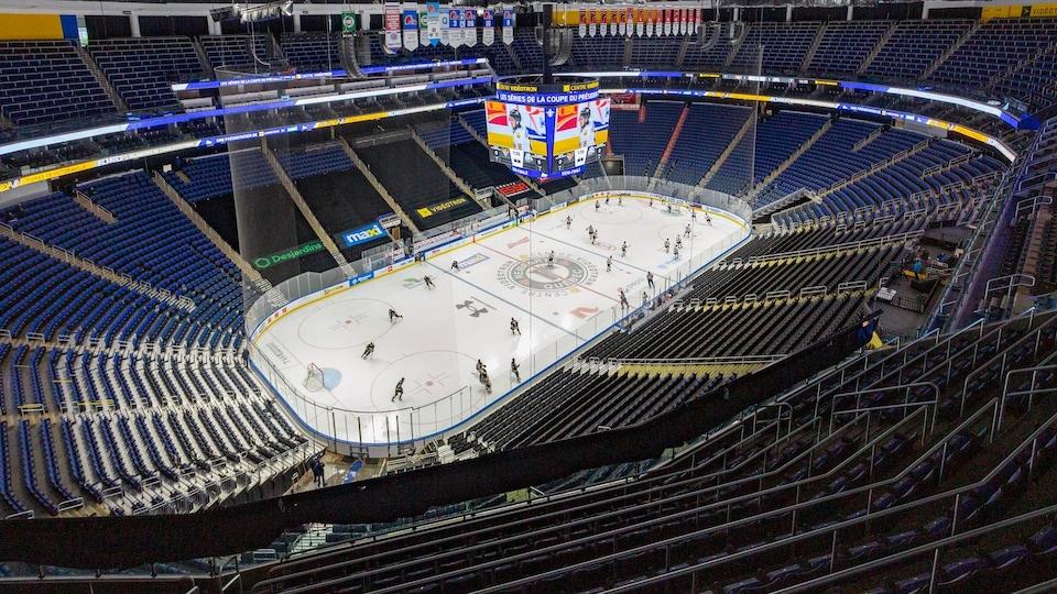Aréna vide avec joueurs sur la glace.