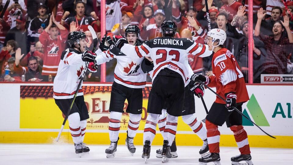 Les Canadiens célèbrent un but au mondial junior.