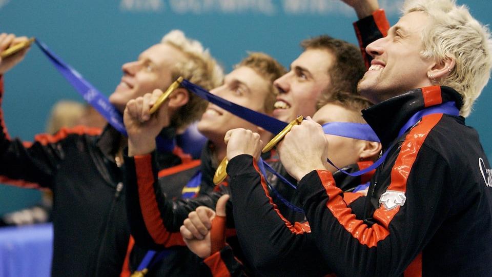 De gauche à droite : Jonathan Guillemette, François-Louis Tremblay, Éric Bédard, Mathieu Turcotte et Marc Gagnon montrent fièrement la médaille d'or.
