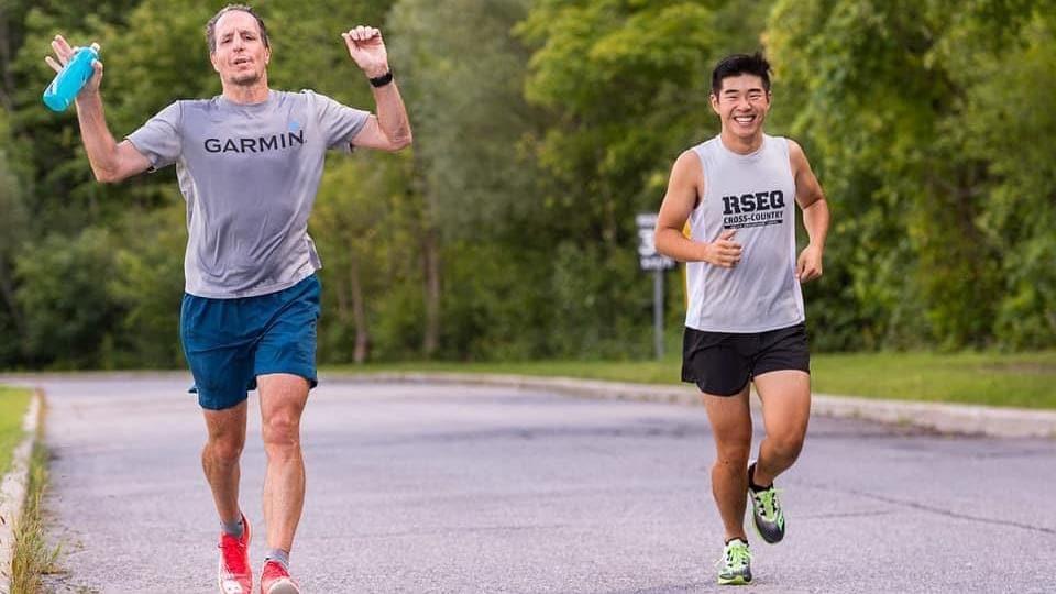 Deux hommes courent dans une rue.