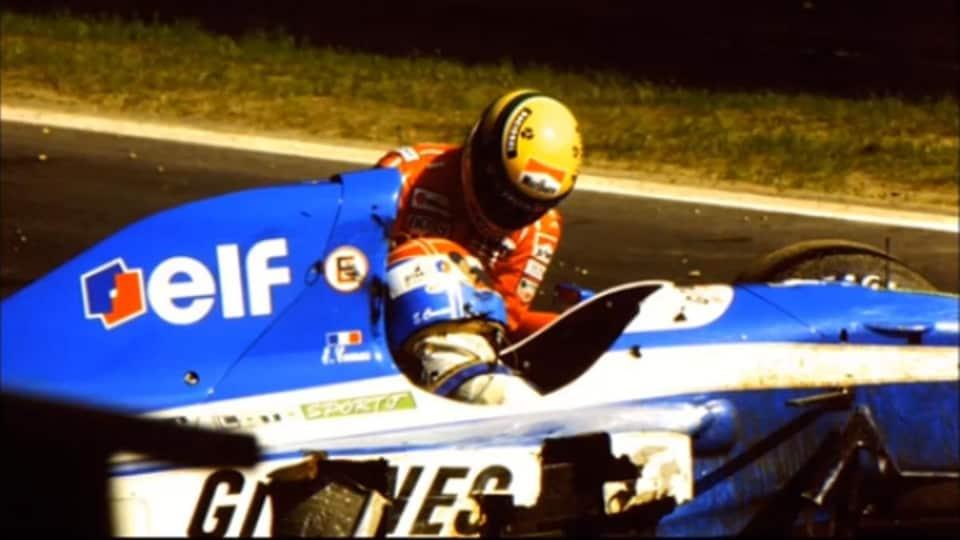 Ayrton Senna porte secours à Erik Comas, inconscient dans sa Ligier, sur le circuit de Spa-Francorchamps en 1992.