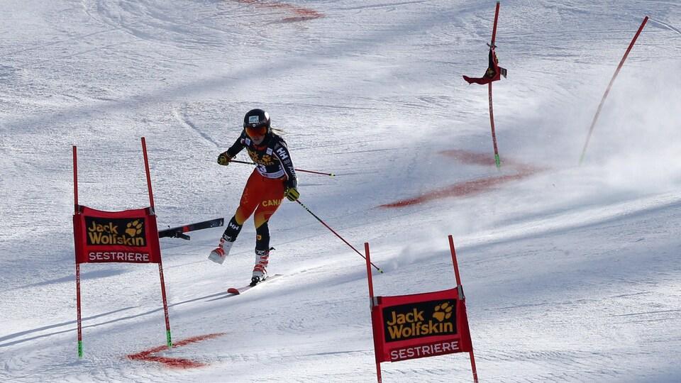 Elle perd un ski.