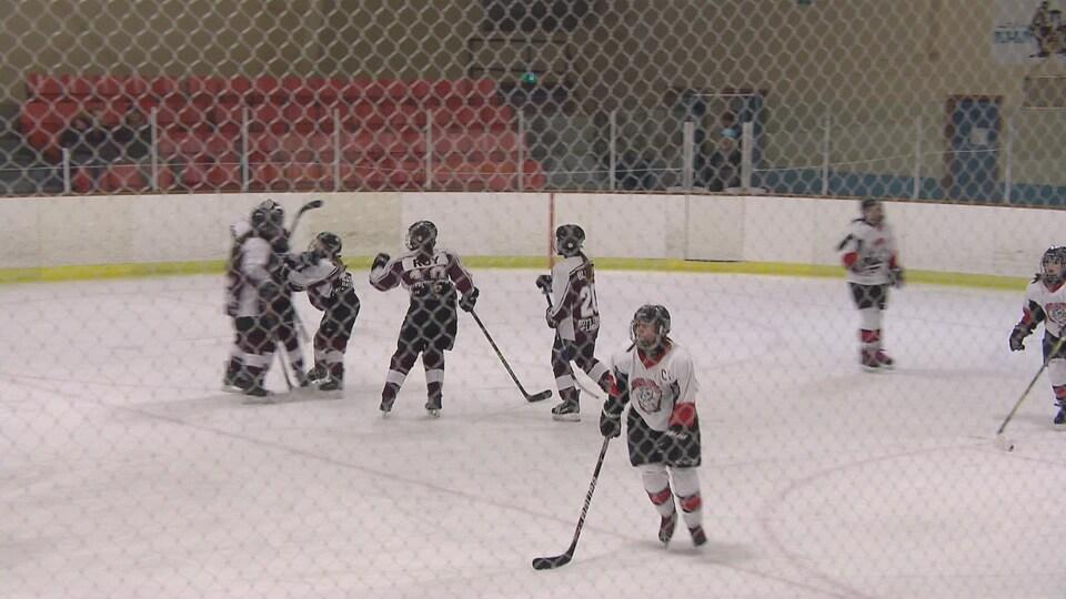 Les Rebelles de l'École secondaire Népisiguit sur la glace viennet de marquer un but.