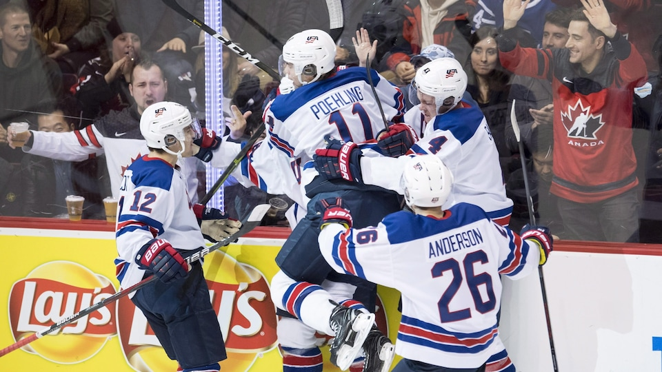 Les joueurs des États-Unis célèbrent un but contre la Russie.