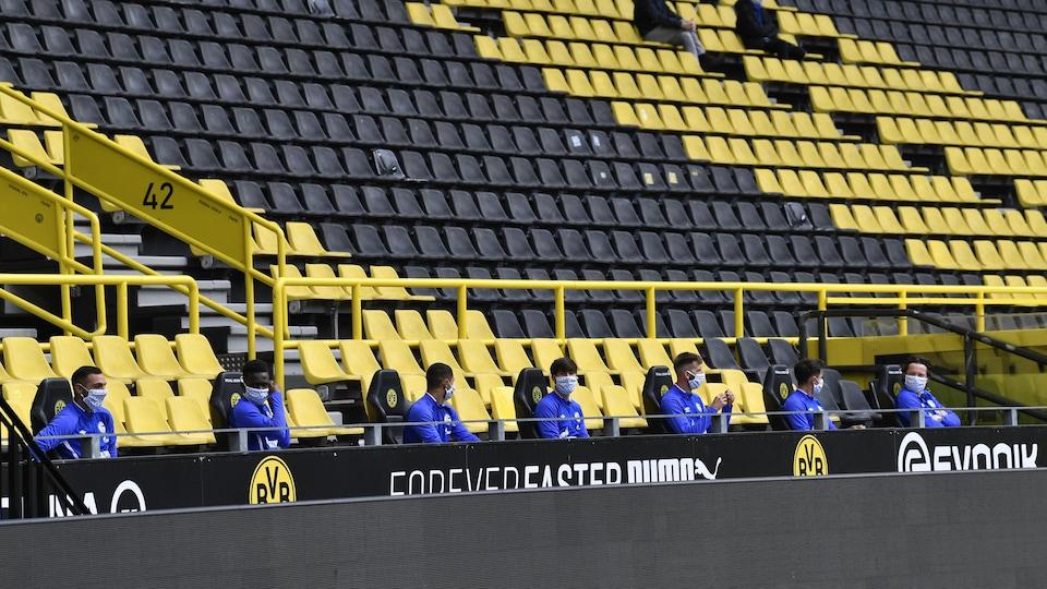 Les joueurs du FC Schalke 04 sont sur le banc à une distance de 1,5 m.