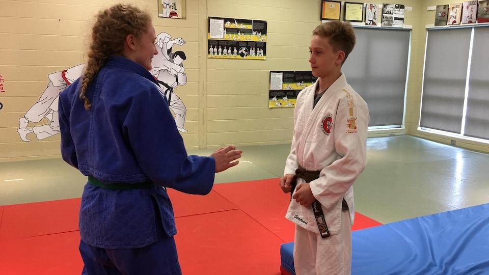 Deux judokas s'apprêtent à s'exercer sur le tatami