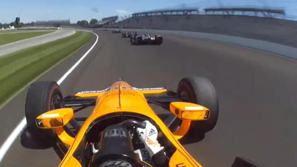 Fernando Alonso dans son auto lors des 500 miles d'Indianapolis de 2017
