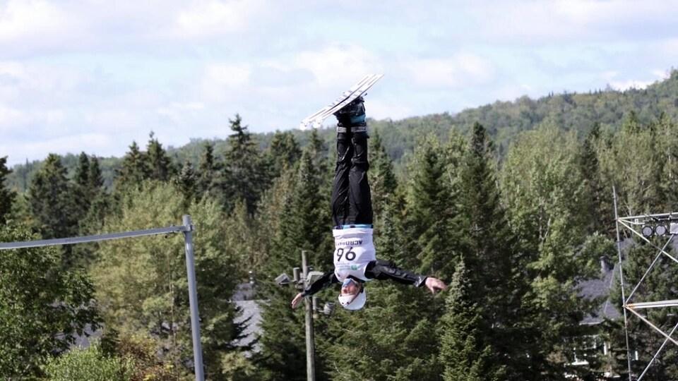 Une sauteuse acrobatique en plein saut périlleux