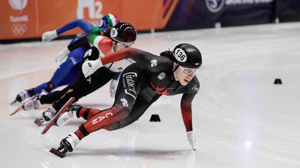 Florence Brunelle patine à l'épreuve du 500 m en courte piste.