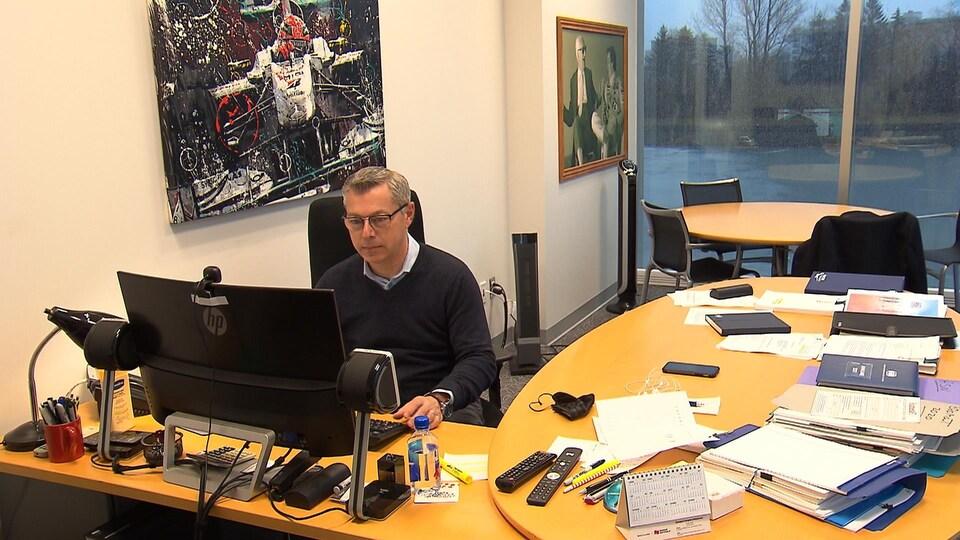 François Dumontier, président du Grand prix du Canada, travaille à son bureau du circuit Gilles-Villeneuve