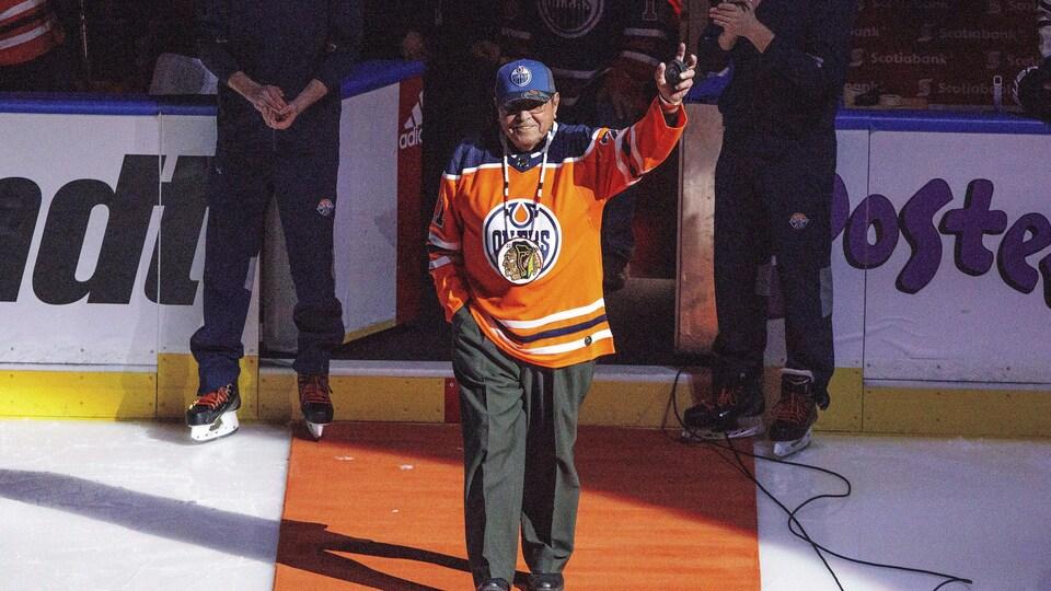 Fred Sasakamoose, portant un chandail des Oilers, remercie la foule lors d'une cérémonie à Edmonton (archives).