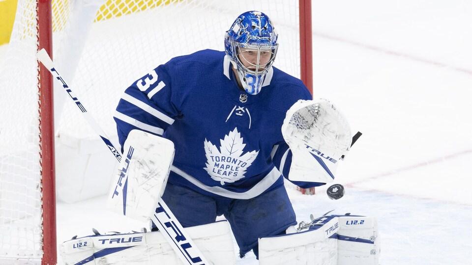 Frederik Andersen effectue un arrêt de routine lors d'un match des Maple Leafs contre les Sénateurs d'Ottawa.