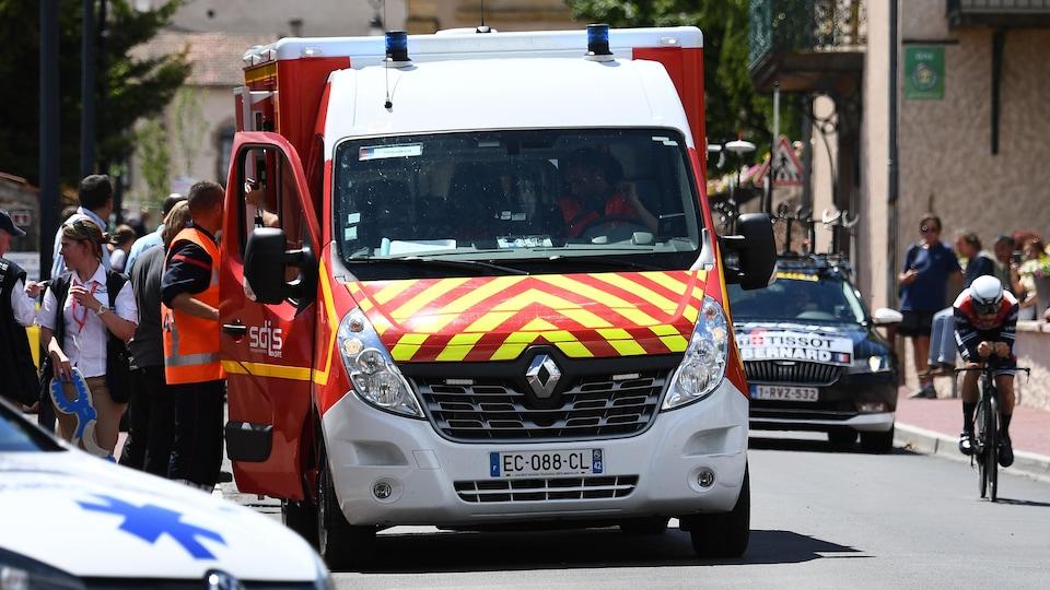 Une ambulance s'arrête pour conduire à l'hôpital un coureur blessé.