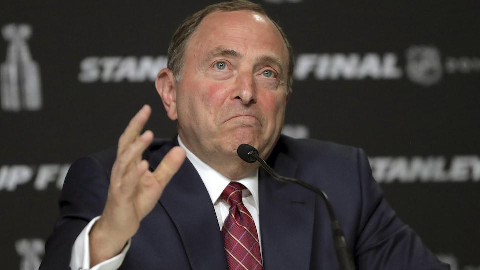 Il s'adresse aux journalistes lors d'une conférence de presse.