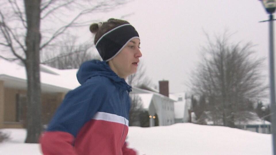 Geneviève Lalonde court dehors dans la neige.