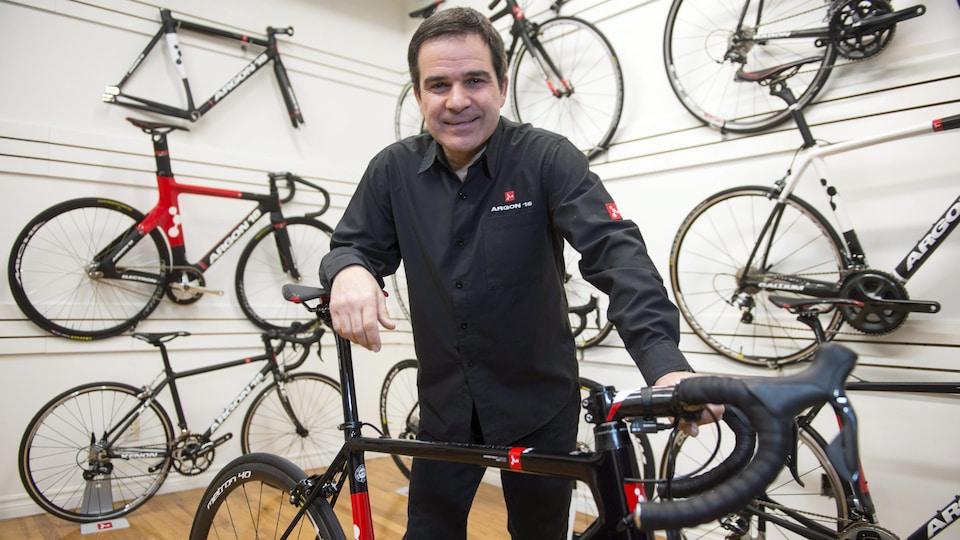 Gervais Rioux pose avec un vélo Argon 18