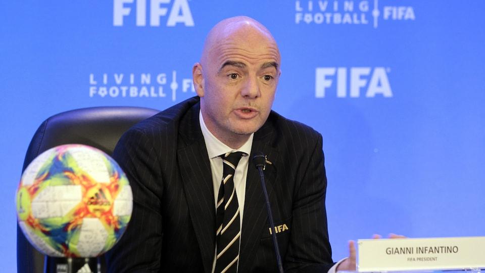 Il s'adresse aux médias pendant une conférence de presse à Miami, en marge d'une rencontre du conseil de la FIFA.