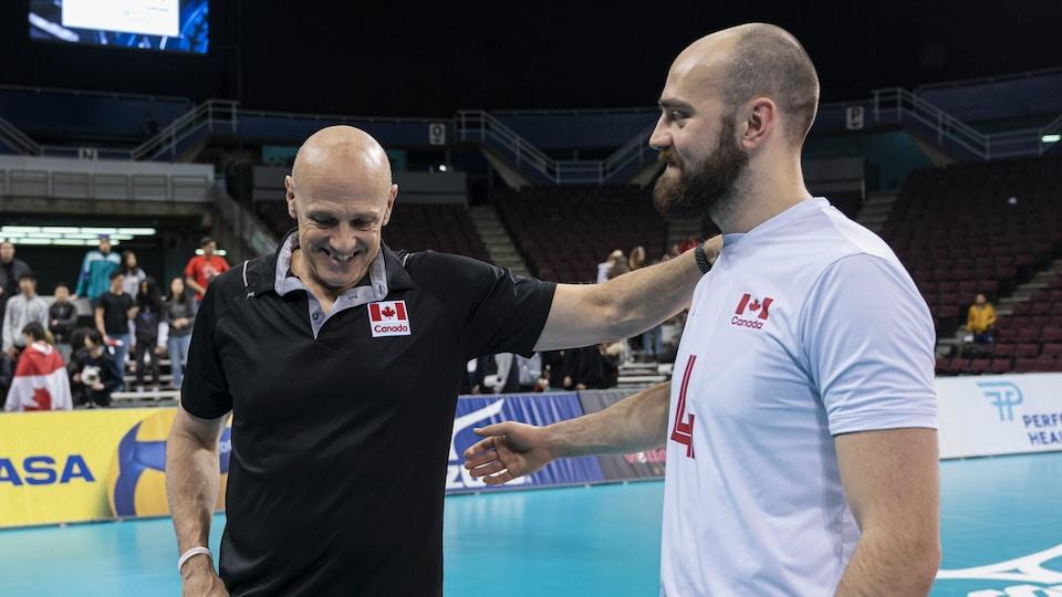 Glenn Hoag (à gauche), entraîneur de l'équipe canadienne, avec son fils Nicholas.