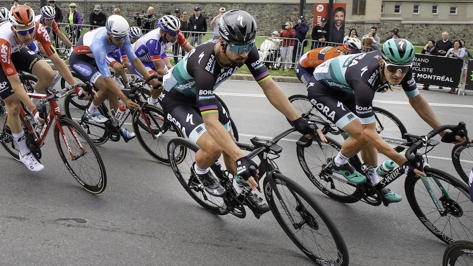 Les cyclistes file sur le circuit urbain.