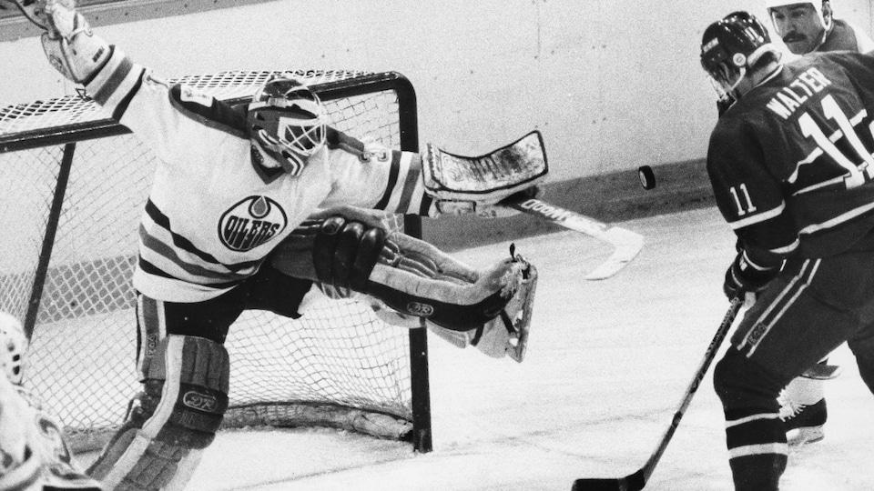 Grant Fuhr des Oilers arrête un lancer de Ryan Walter du Canadien de Montréal.