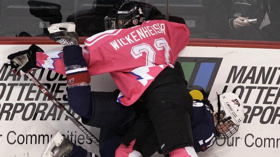 Hayley Wickenheiser sert une mise en échec à une joueuse des États-Unis lors des championnats mondiaux.