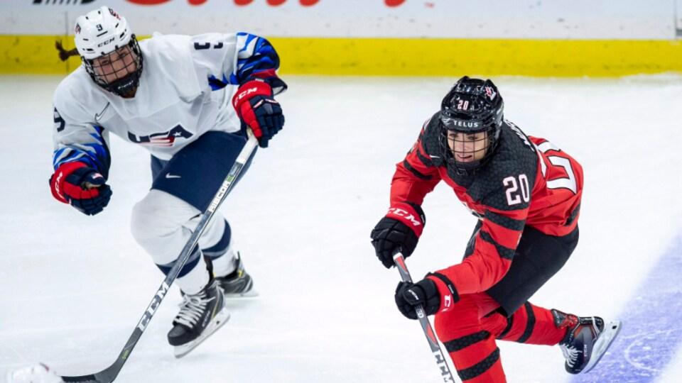 La joueuse canadienne Sarah Nurse tente de passer la rondelle à une coéquipière lors d'un match contre les États-Unis.