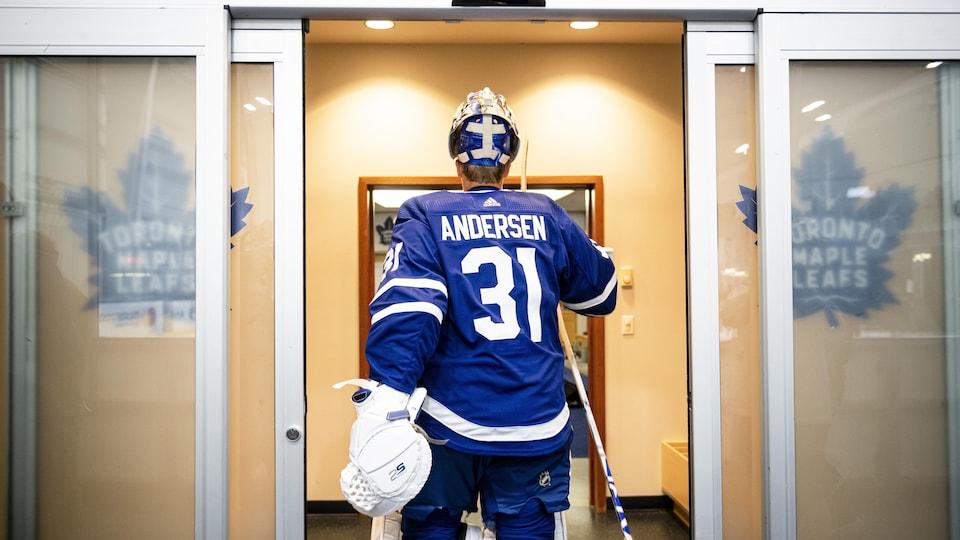 Le gardien Frederik Andersen entre dans le vestiaire.