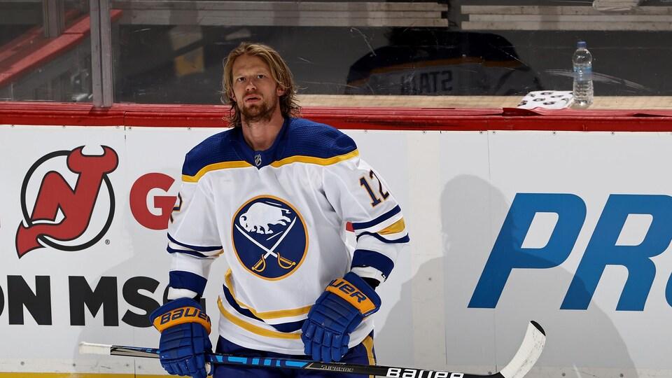 Il est à genoux sur la patinoire.