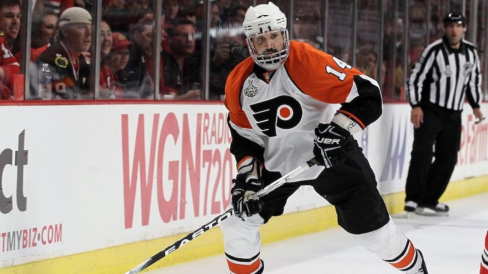 Ian Laperrière dans l'uniforme des Flyers de Philadelpie le 31 mai 2010, pendant la finale de la Coupe Stanley contre les Blackhawks de Chicago