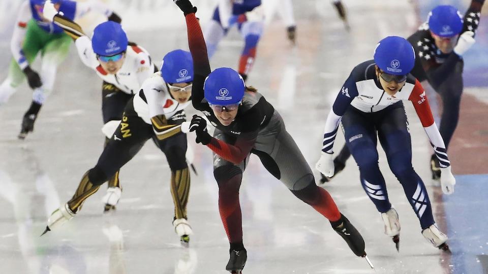 Cinq patineuses la suivent.