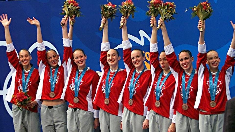 Jacinthe Taillon, 5e à partir de la gauche, sur le podium des Jeux olympiques de Sydney.