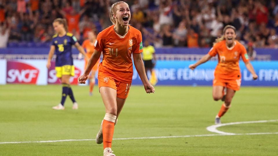 Elle célèbre son but contre la Suède.