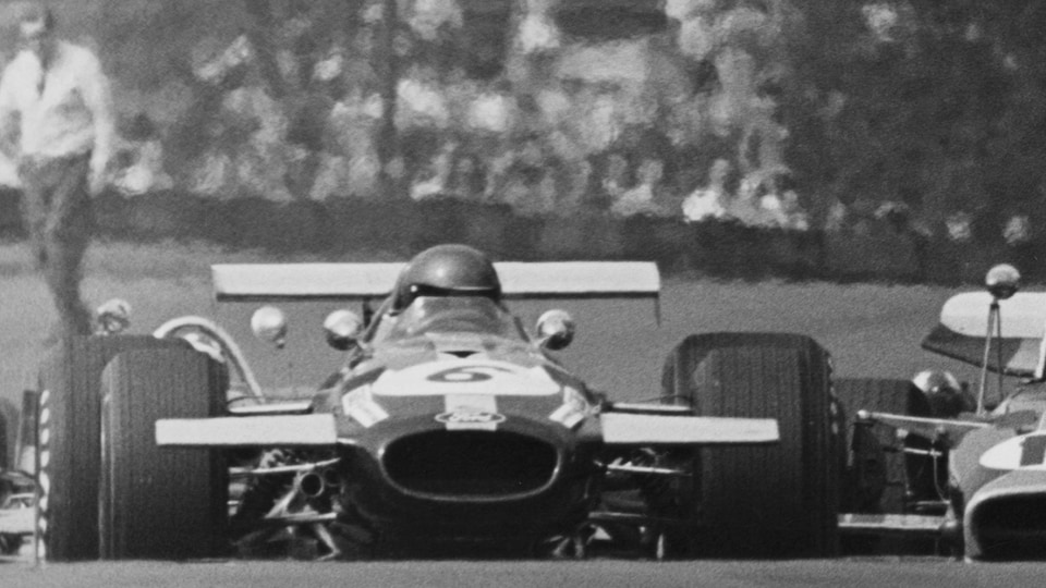 Une image en noir et blanc de vieilles voitures de course