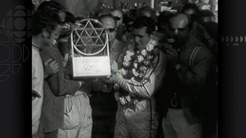 Jacky Ickx reçoit le trophée du vainqueur à Mont-Tremblant en 1970.