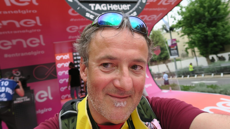 Jacques Sennécheal à l'extérieur après une compétition cycliste.