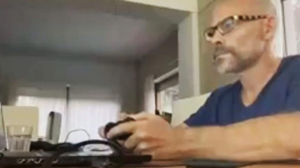 Jacques Villeneuve avec sa manette de jeu vidéo