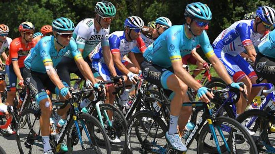 Hugo Houle (maillot Astana) pédale devant Jakob Fuglsang lors de la 12e étape du Tour de France.