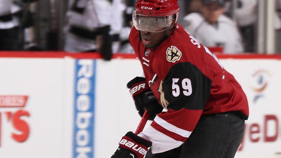 Un hockeyeur afro-descendant patine.