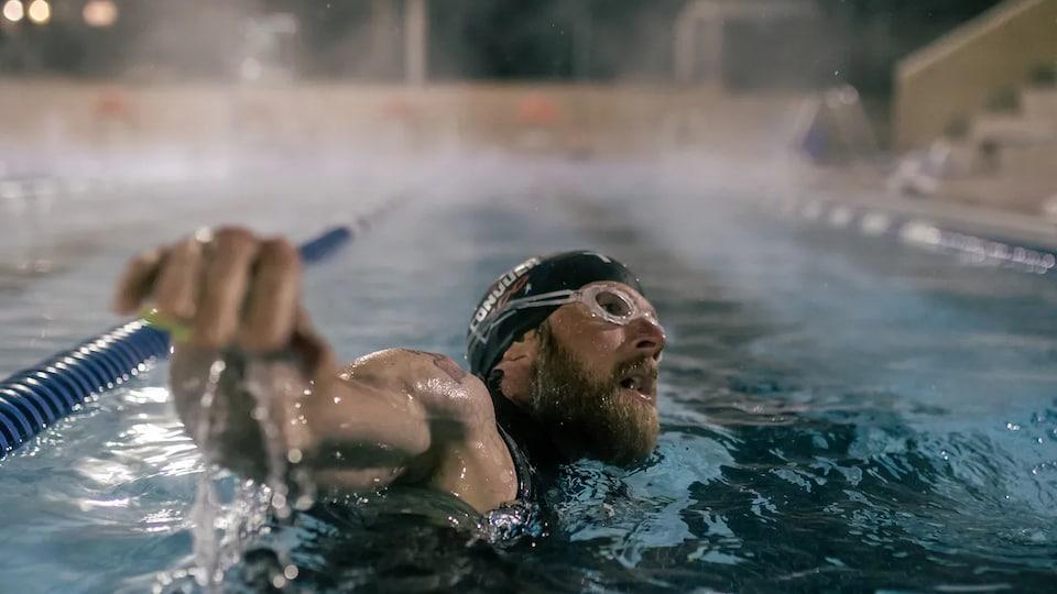 James Lawrence nageant dans la piscine.