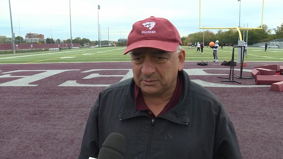 Un entraîneur est en entrevue avec Radio-Canada