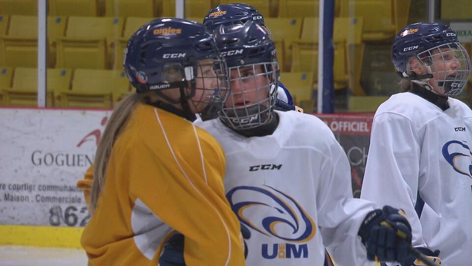 Deux joueuses sur la glace discutent.