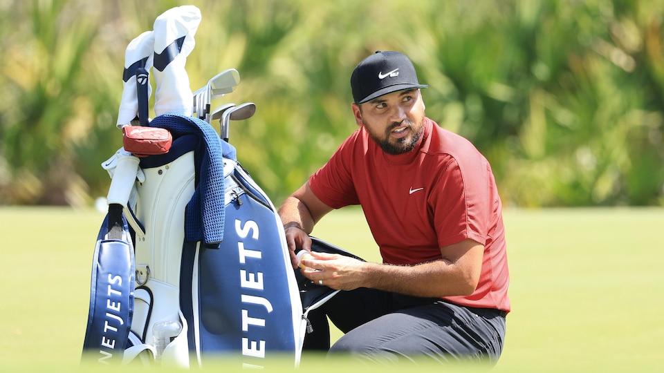 Il jette un regard au parcours de golf.