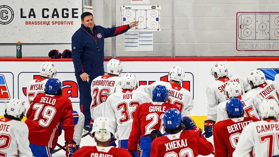 Jean-François Houle donne ses instructions aux joueurs.