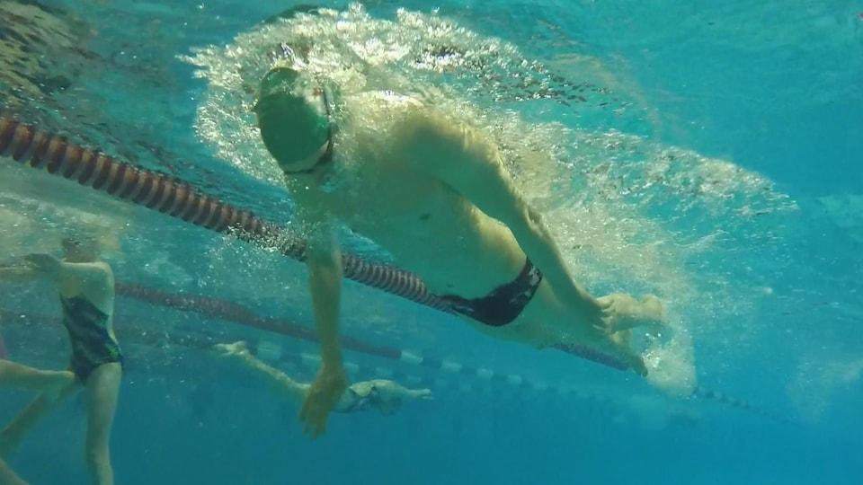Jean-Philippe Dufresne en train de nager dans la piscine.