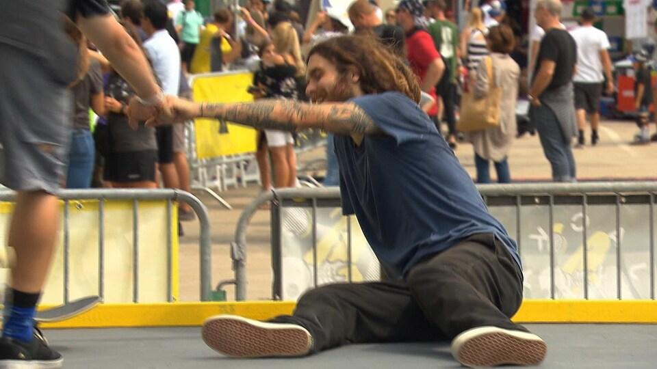 Jean-Sébastien Lapierre reçoit les encouragements d'un participant après avoir chuté.