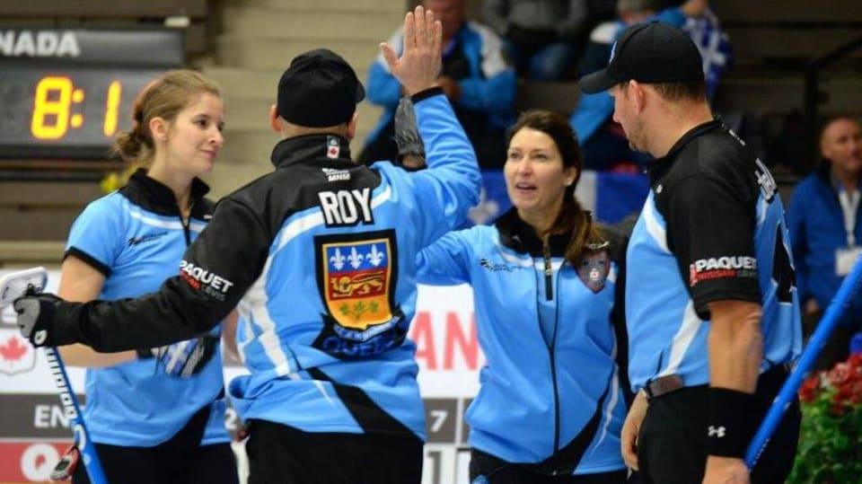 Un joueur de curling encourage ses coéquipiers