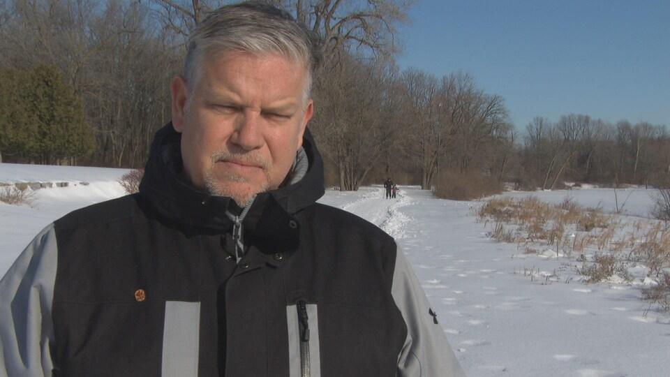 Jean Séguin donne une entrevue à un journaliste de Radio-Canada.
