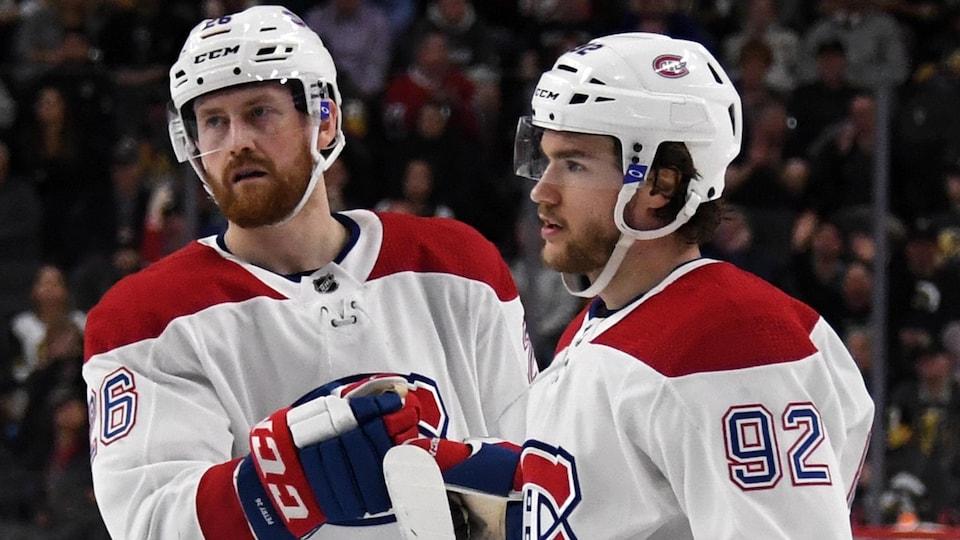 Deux joueurs se félicitent sur la glace.