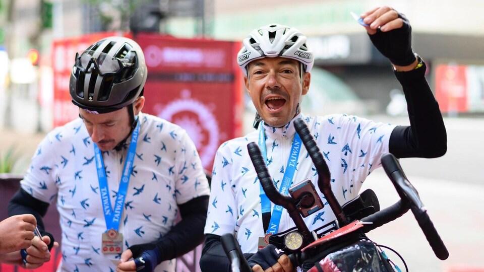 Cristian Auriemma célèbre la fin de sa course avec son coéquipier. Jeff Webb reçoit sa médaille à ses côtés.