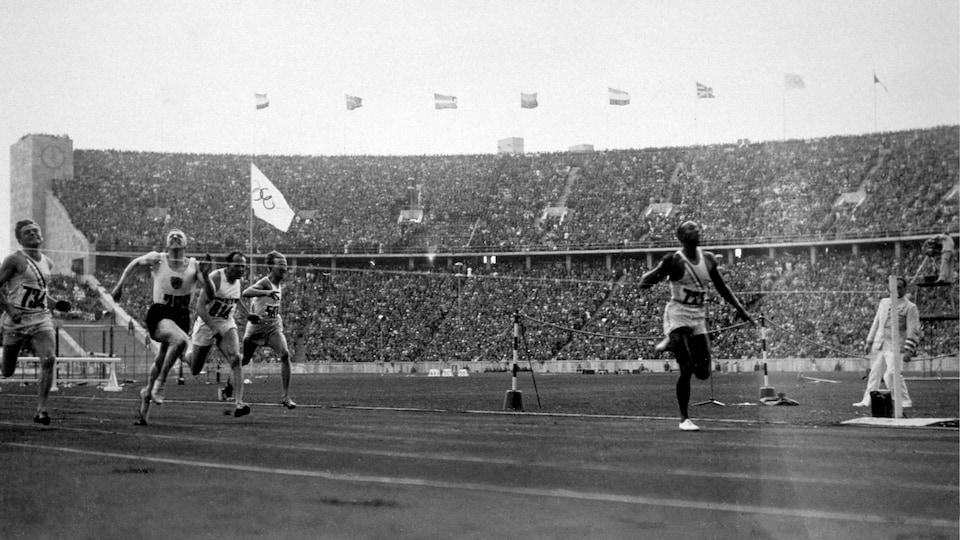 Jesse Owens lors de sa victoire au 100 m aux Jeux olympiques de Berlin, en 1936.